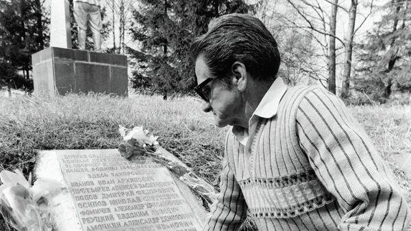 Jorge Vivó sobre la tumba de su hermano Aldo (archivo) - Sputnik Mundo