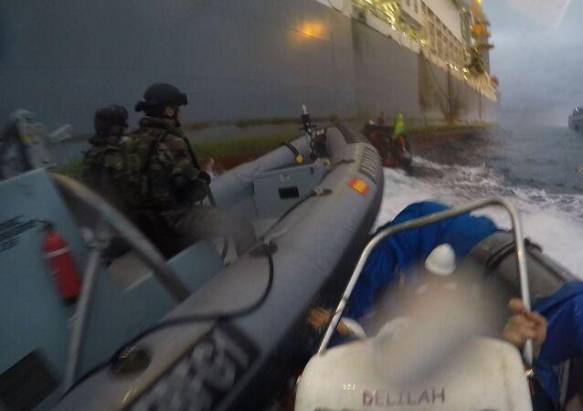Lanchas de la Armada embisten a lanchas de Greenpeace