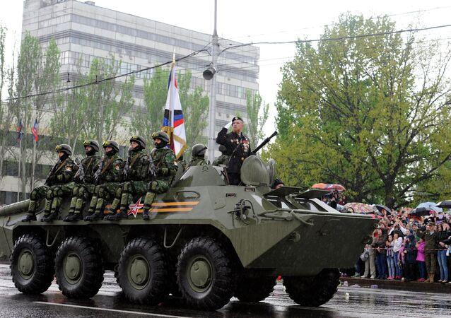 Desfile militar con motivo del 9 de mayo, Día de la Victoria, en Donetsk
