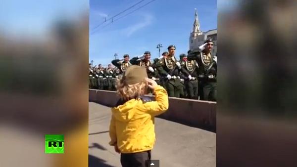 Soldados rusos responden al saludo militar de un niño - Sputnik Mundo