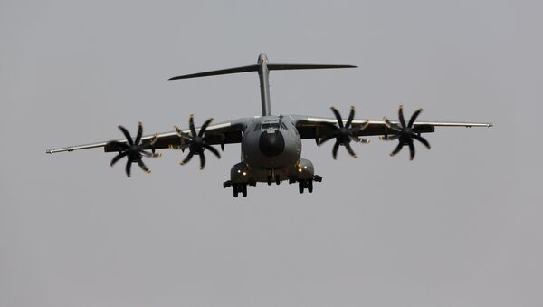 Un Airbus A400M en pleno vuelo - Sputnik Mundo