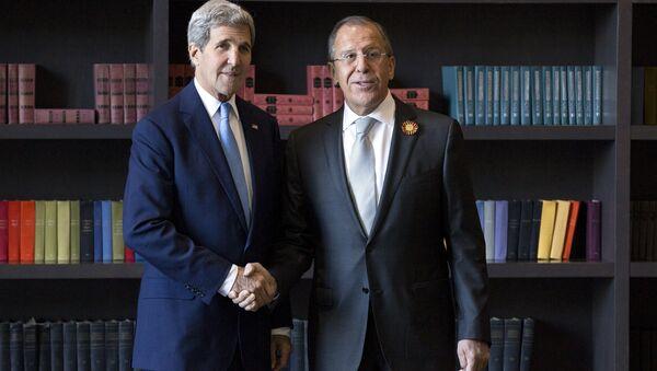 Secretario de Estado de EEUU, John Kerry (izda.) y ministro de Exteriores de Rusia, Serguéi Lavrov - Sputnik Mundo