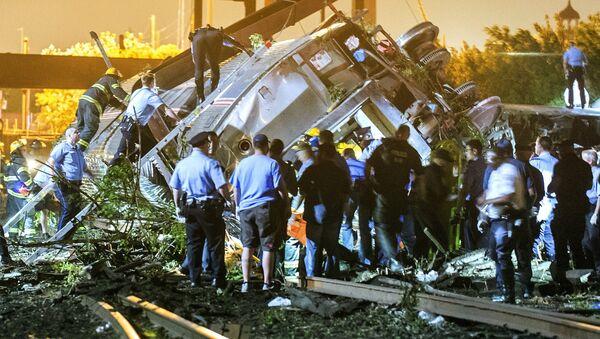 Labores de rescate en el lugar de accidente de un tren en Filadelfia - Sputnik Mundo