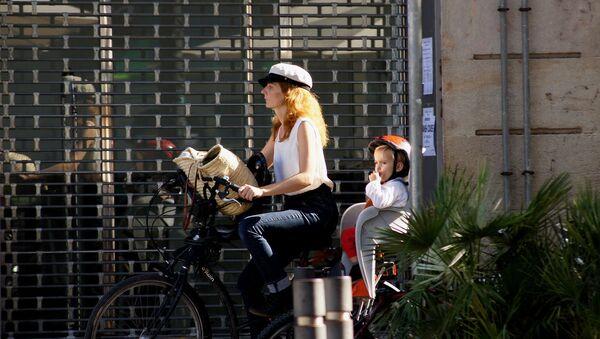 Una mujer española con un niño - Sputnik Mundo