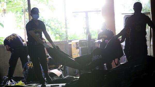 Incendio en una fábrica de sandalias de goma en Manila - Sputnik Mundo