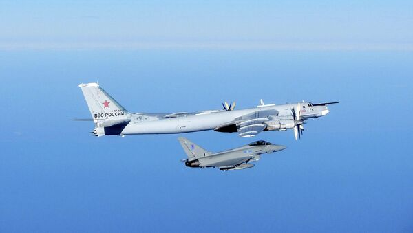 Caza Typhoon de la Fuerza Aérea Real y Tupolev Tu-95 de la Fuerza Aérea Militar de Rusia (Archivo) - Sputnik Mundo