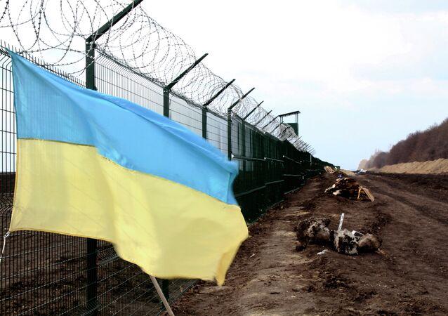 Bandera de Ucrania cerca de la frontera entre Rusia y Ucrania (archivo)