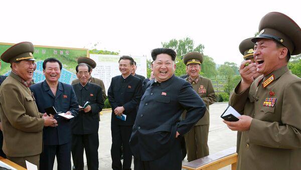 Kim Jong-un, líder de Corea del Norte (centro) - Sputnik Mundo
