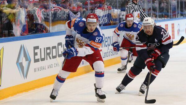 Vadim Schipachiov y Evgeny Dadonov de la selección rusa y Trevor Lewis del equipo de EEUU - Sputnik Mundo