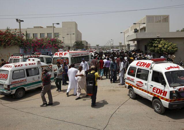 Ambulancias cerca de un autobús en Pakistán (Archivo)