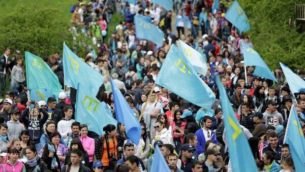 Manifestantes con las banderas de tártaros crimeos - Sputnik Mundo