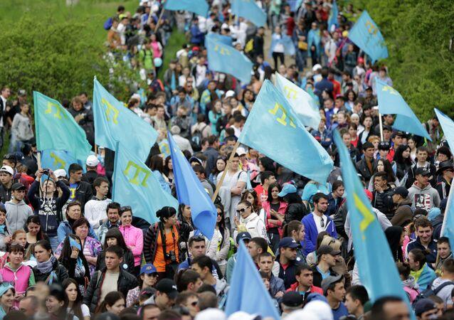 Manifestantes con las banderas de tártaros crimeos