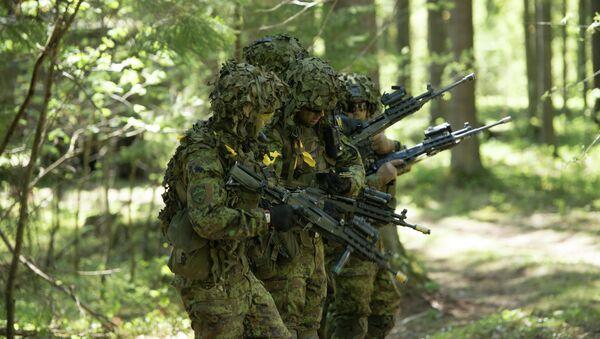 Soldados estonios participando en los ejercicios militares de la OTAN - Sputnik Mundo