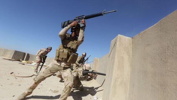 Soldados iraquíes luchan contra Estado Islámico - Sputnik Mundo