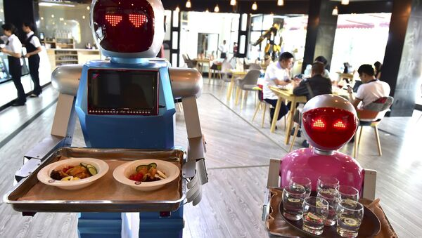 Pareja de Robots Xiaolan (izda) and Xiaotao sirven comida en un restaurante en China - Sputnik Mundo