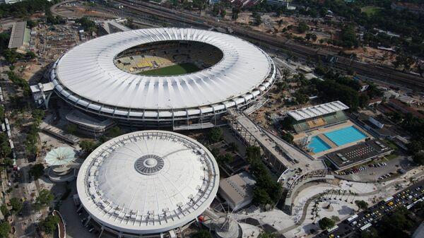 Parque Acuático Julio Delamare (abajo, dcha.) y estadio de fútbol de Maracaná (arriba) - Sputnik Mundo