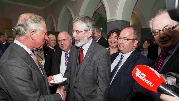 El príncipe Carlos de Inglaterra estrecha la mano del republicano irlandés Gerry Adams - Sputnik Mundo