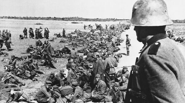 Hundreds of Soviet soldiers wait beside a road for transportation to camp distribution centers Oct. 19, 1941.  - Sputnik Mundo