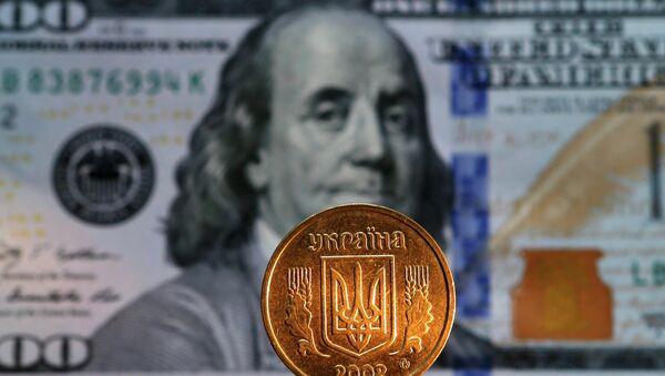 Grivna ucraniana y billete de 100 dollares de EEUU - Sputnik Mundo