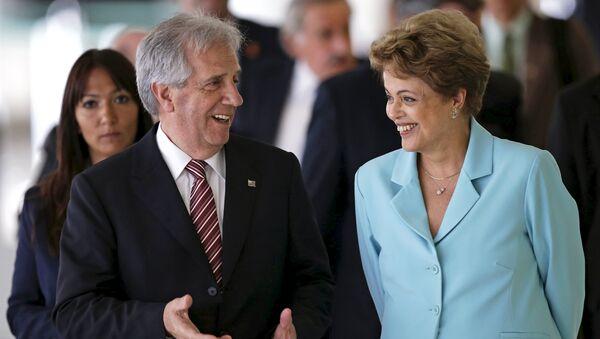 Uruguayan President Tabare Vazquez talks to Brazilian President Dilma Rousseff during a meeting at the Planalto Palace in Brasilia - Sputnik Mundo