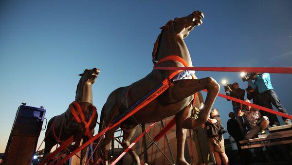 Dos caballos de bronce realizados por el artista Josef Thorak son transportados en una grúa en Bad Duerkheim, sureste de Alemania, el 21 de mayo de 2015 - Sputnik Mundo