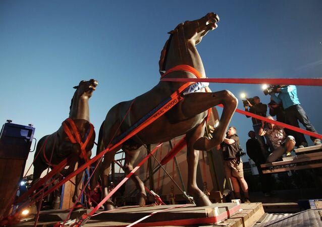 Dos caballos de bronce realizados por el artista Josef Thorak son transportados en una grúa en Bad Duerkheim, sureste de Alemania, el 21 de mayo de 2015