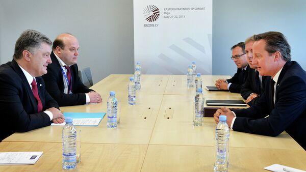 Presidente de Ucrania, Petró Poroshenko y primer ministro de Reino Unido, David Cameron - Sputnik Mundo