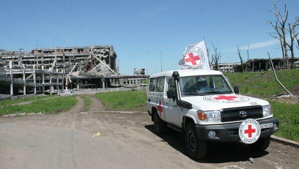 Coche de la Cruz Roja en el aeropuerto de Donetsk - Sputnik Mundo