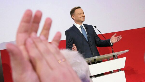 A supporter applauds Andrzej Duda, presidential candidate of the Law and Justice Party (PiS) after the exit polls on the second round of presidential elections in Warsaw - Sputnik Mundo