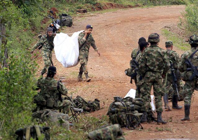 Soldados colombianos cerca del lugar del enfrentamiento con las FARC. 15 de abril de 2015