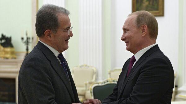 Romano Prodi, exprimer ministro de Italia y exjefe de la Comisión Europea (izda.) durante el encuentro con Vladímir Putin - Sputnik Mundo
