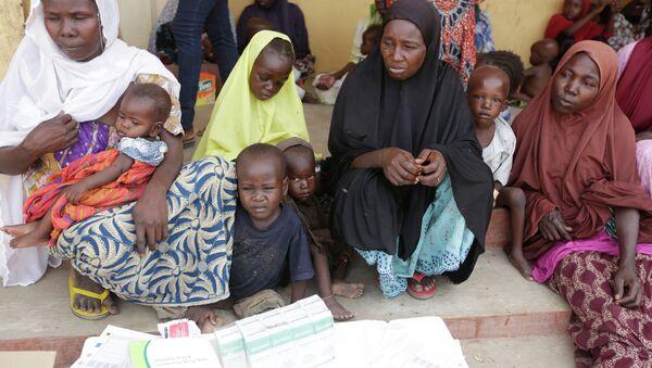 Niños rescatados por soldados nigerianos de los extremistas de Boko Haram - Sputnik Mundo
