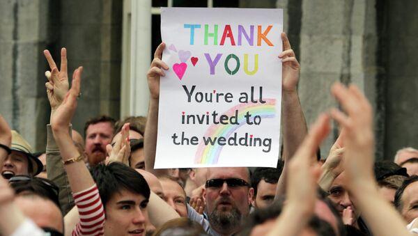 Varias personas celebran el resultado del referéndum en Dublín el pasado 23 de mayo. - Sputnik Mundo