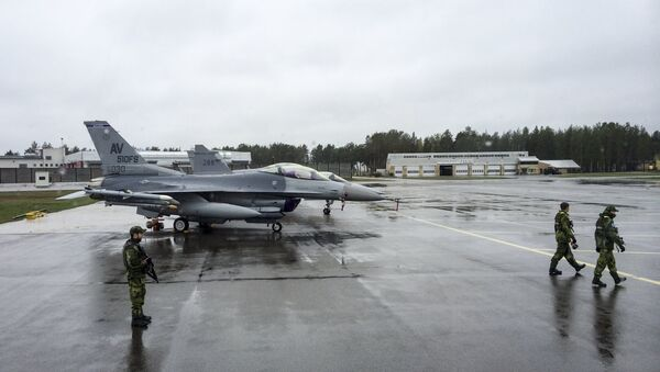 F-16CM fighter jets from the U.S. are parked at Kallax Airport outside Lulea, northern Sweden, May 26, 2015, during the Arctic Challenge Exercise (ACE 2015). - Sputnik Mundo