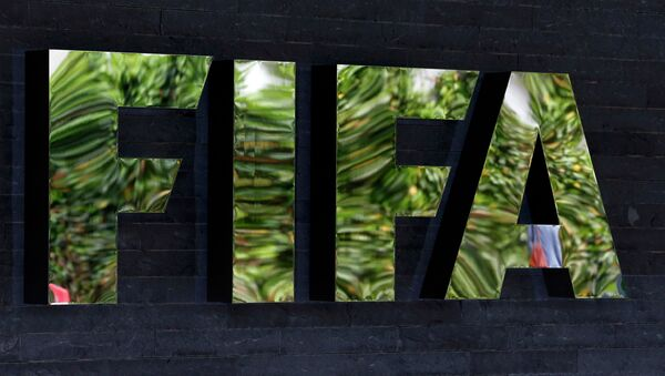 The logo of soccer's international governing body FIFA is seen on its headquarters in Zurich, Switzerland, May 27, 2015 - Sputnik Mundo