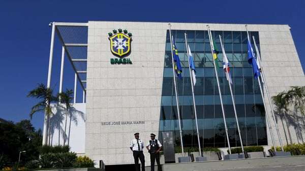 Security guards stand outside the Brazilian Football Association (CBF) headquarters in Rio de Janeiro May 27, 2015.  - Sputnik Mundo