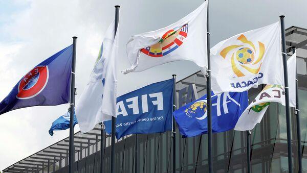 Banderas en frente de la sede de FIFA en Zurich - Sputnik Mundo