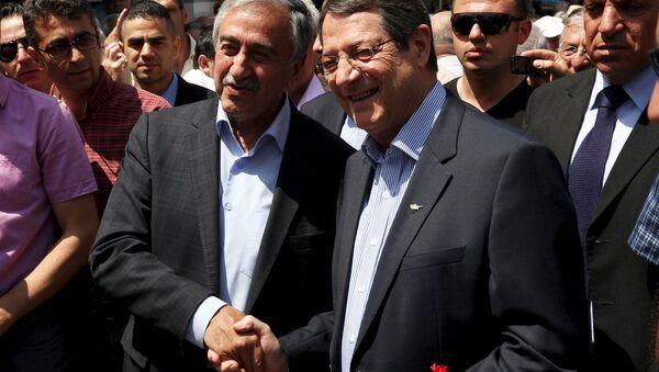 Líder de la parte turca de Chipre, Mustafa Akinci, y presidente de Chipre, Nicos Anastasiades - Sputnik Mundo