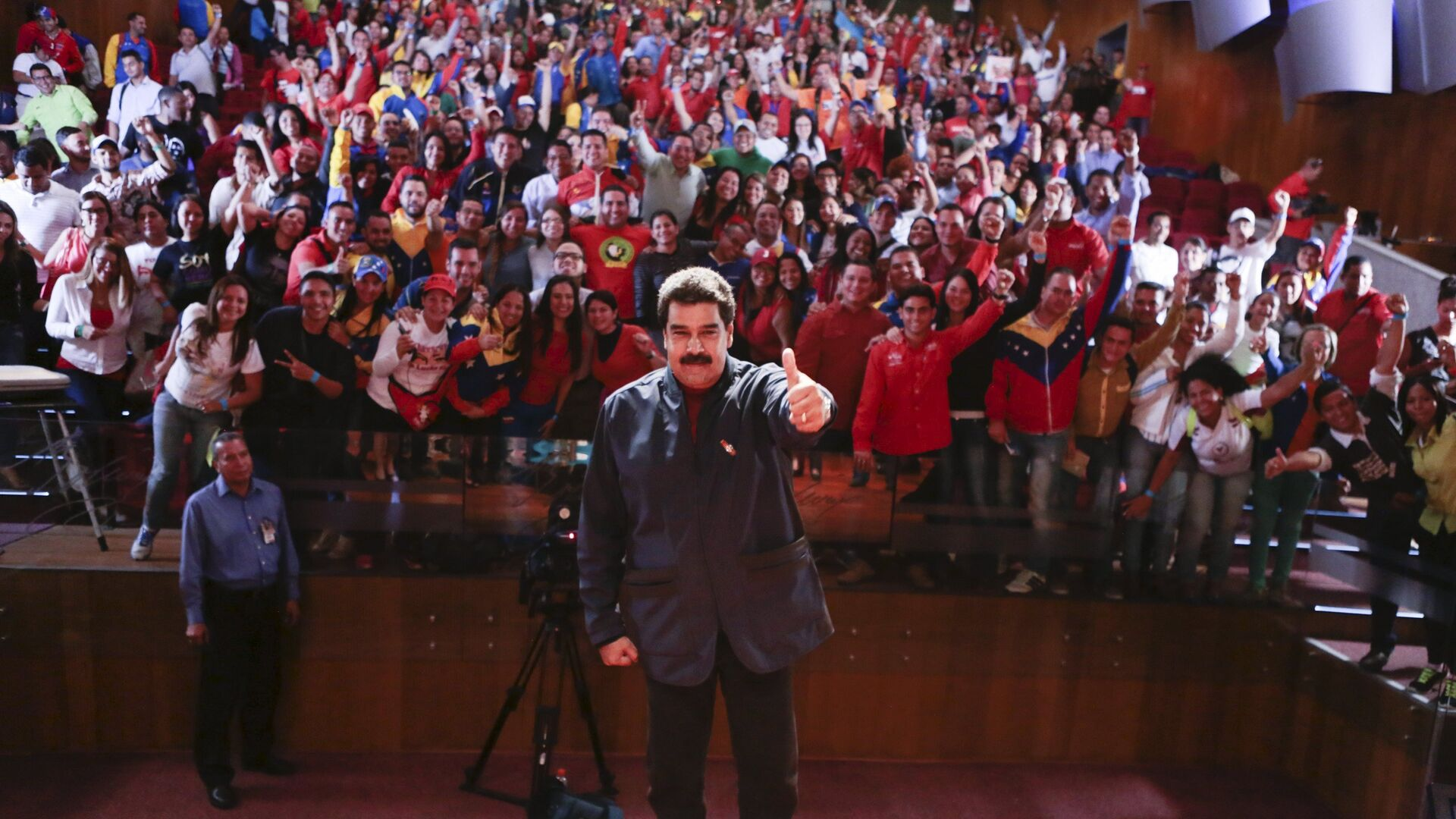 Venezuela's President Nicolas Maduro (C) poses for a photo during a meeting with members of the United Socialist Party of Venezuela (PSUV), in Caracas, in this May 27, 2015 handout picture provided by Miraflores Palace. - Sputnik Mundo, 1920, 25.05.2021
