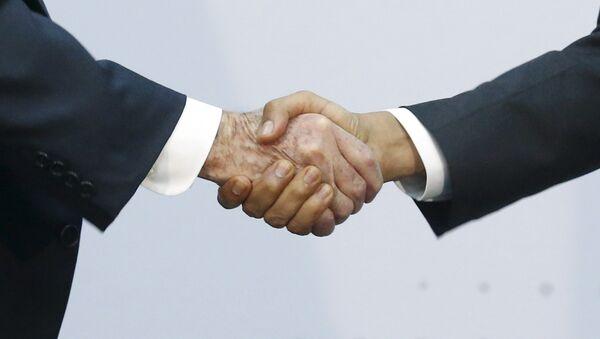 Presidente de Cuba. Raúl Castro estrecha la mano del presidente de EEUU, Barack Obama durante la Cumbre de las Américas en Panamá - Sputnik Mundo