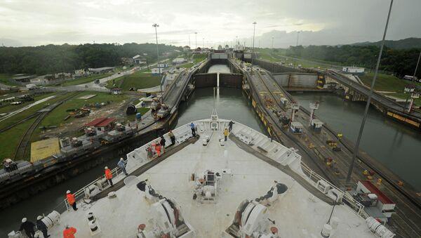 Buque militar estadounidense cruzando el Canal de Panamá - Sputnik Mundo