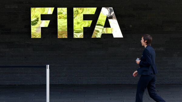 A staff walks past a logo of soccer's international governing body FIFA at their headquarters in Zurich, Switzerland, May 27, 2015. - Sputnik Mundo
