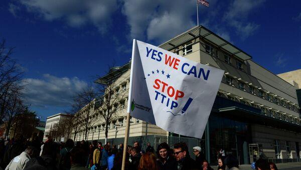 Manifestantes contra TTIP en Berlin (archivo) - Sputnik Mundo