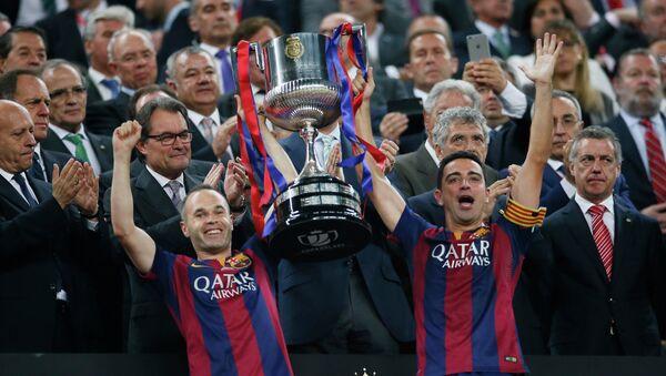Andres Iniesta y Xavi con la Copa del Rey - Sputnik Mundo