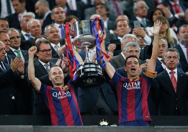 Andres Iniesta y Xavi con la Copa del Rey