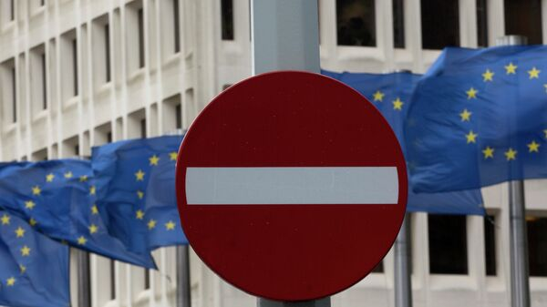 EU flags flap in the wind behind a no entry traffic sign in front of EU headquarters in Brussels - Sputnik Mundo