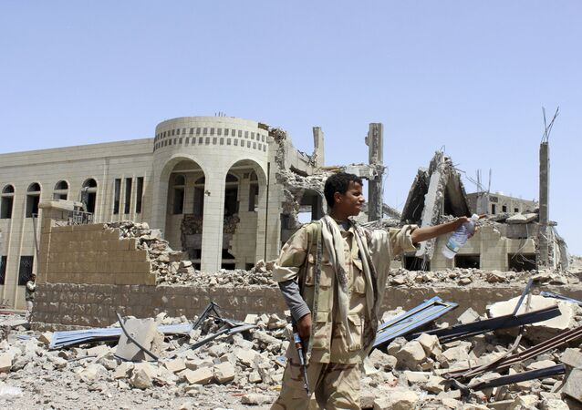 Edificios dañados en un ataque aéreo de la coalición árabe en Saada