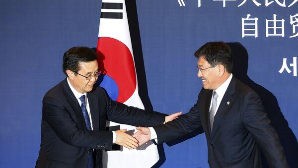 Ministro de Comercio de China, Gao Hucheng, y ministro de Comercio de Corea del Sur, Yoon Sang-jick - Sputnik Mundo