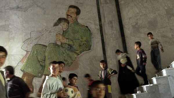 La gente en el palacio de Sadam Husein en Mosul (archivo) - Sputnik Mundo