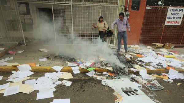 Maestros destruyen 10.000 boletas electorales en el sur de México - Sputnik Mundo